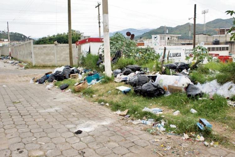 Bolsas de basura quedan en calles después de la feria.