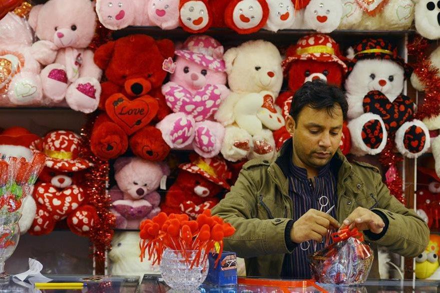 Un pakistaní prepara artículos que vende en Peshawar pese a la prohibición. (Foto Prensa Libre: AFP).