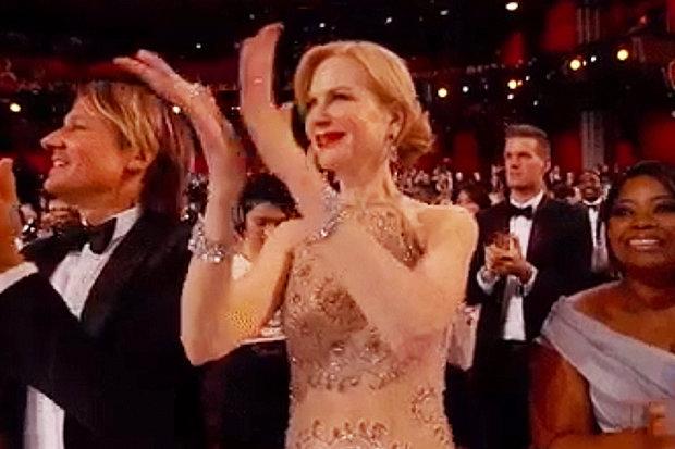 Nicole Kidman, durante la entrega de los Premios Oscar, con el peculiar aplauso (Foto Prensa Libre: YouTube).