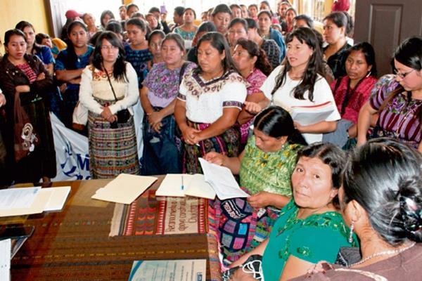 Mujeres de  Sololá entregan lista de  peticiones en la Gobernación de Sololá.
