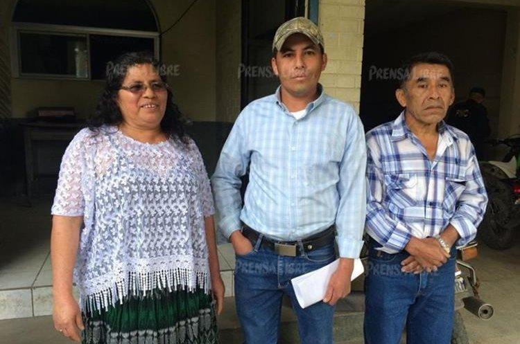 Teodoro Rax Pereira junto a sus padres Teresa Pereira y José Macario. (Foto Prensa Libre: Eduardo Sam).
