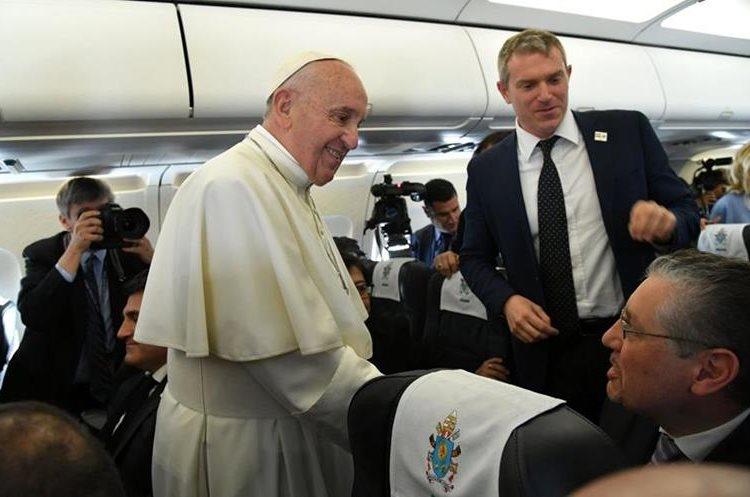 Francisco platica con los periodistas que lo acompañan en su viaje. (AFP)