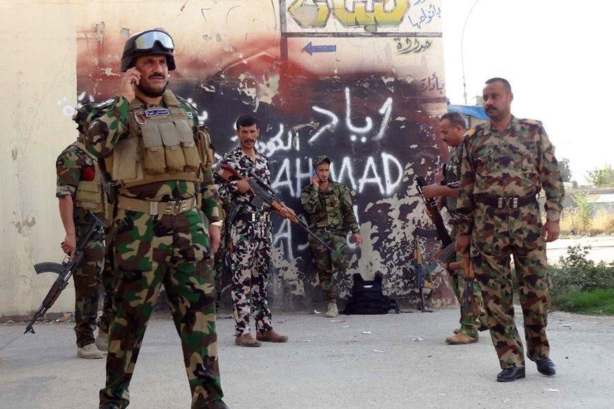 Fuerzas de seguridad curdas resguardan una localidad de Kirkuk. (Foto Prensa Libre: AFP).