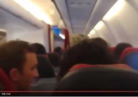 Video de diversos pasajeros muestran los momentos en que el avión de AirAsia X, se sacudía y luego debió aterrizar de emergencia. (Foto, Prensa Libre: Youtube).