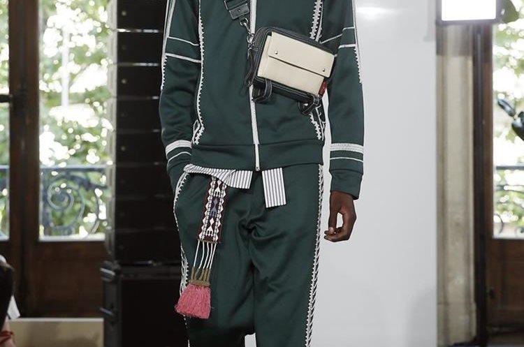Colección primavera-verano del diseñador italiano Pier Paolo Piccioli para Valentino en la Semana de la Moda de París. (Foto Prensa Libre:EFE).