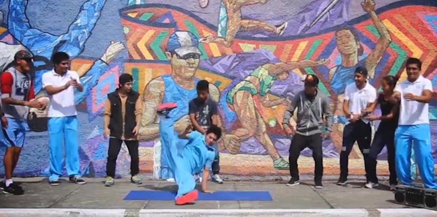 El gimnasta Jorge Vega mostró sus dotes de bailarín en el reto mascota. (Foto Prensa Libre: COG)