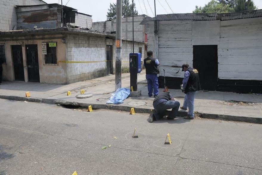 Fiscales del MP recolectan evidencia luego del ataque en contra de la adolescente en la zona 12 de Villa Nueva. (Foto Prensa Libre: Paulo Raquec)