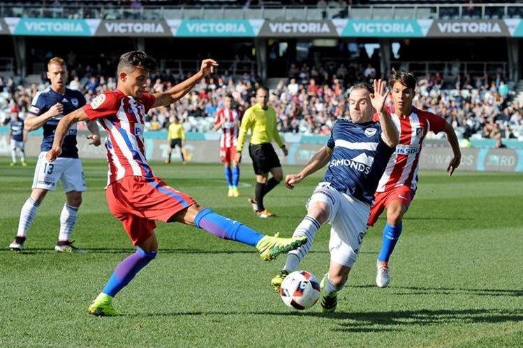 Leigh Broxhamy Juan Moreno pelean por el balón durante el partido. (Foto Prensa Libre: EFE)