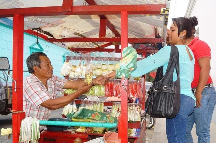 Desde hace 49 años, don Pancho atiende a personas que se acercan a comprarle fruta. (Foto Prensa Libre: Mario Morales)