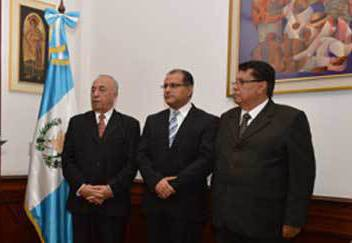 Edgar Hernández —al centro— toma posesión del cargo. (Foto Prensa Libre: MSPAS)