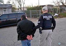 Agentes de ICE trasladan a un indocumentado detenido. ICE