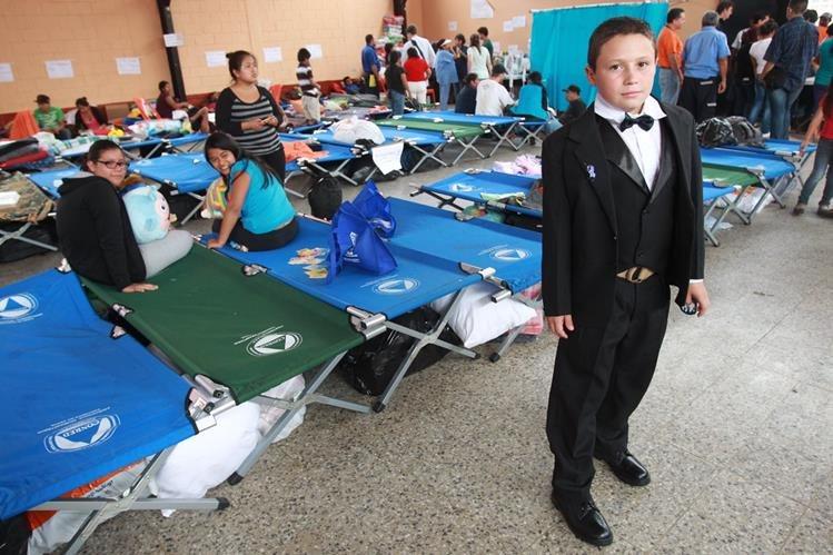 Nelson Cifuentes hizo su Primera Comunión, en medio de la tragedia de su comunidad. (Foto Prensa Libre: Estuardo Paredes)
