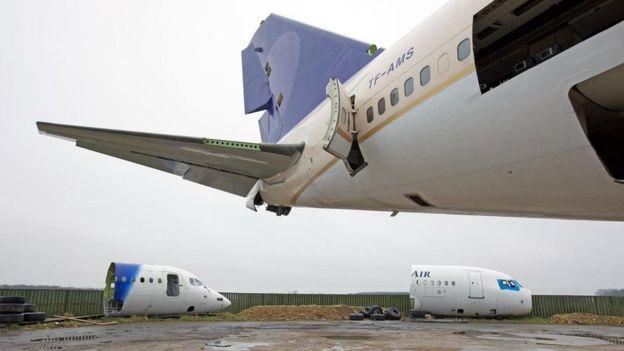 Aviones sacados de circulación yacen desperdigados por el antiguo campo de la Real Fuerza Aérea británica. RICHARD GRAY