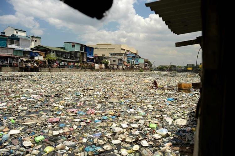 Impresionante fotografía de un río en Manila, Filipinas, completamente lleno de basura. (Foto Prensa Libre: AFP).