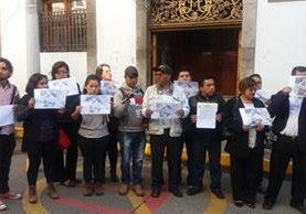 Grupo de comunicadores se manifiesta en Xela para exigir se investigue crimen contra compañero. (Foto Prensa Libre: María José Longo).