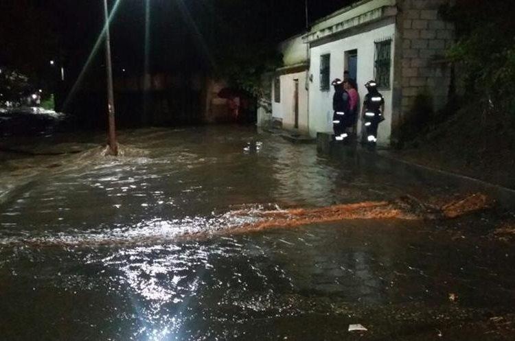 La crecida de un río afectó a vecinos del barrio La Tejera, Sanarate, El Progreso. (Foto Prensa Libre: Hugo Oliva)
