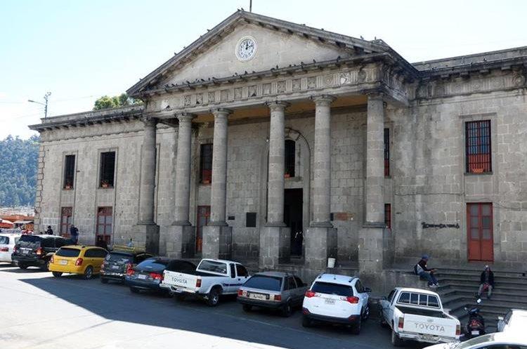 Vecinos piden acciones para evitar daño en edificios históricos. (Foto Prensa Libre: Carlos Ventura).