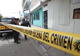 Agentes de la Policía Nacional Civil acordonaron el lugar en donde un repartidor de cervezas fue baleado. (Foto Prensa Libre: Érick Ávila)