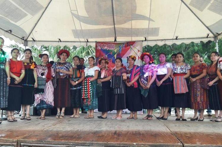 Grupos de danzas culturales amenizaron el festival de fiestas agostinas. (Foto Prensa Libre: Ángel Julajuj)