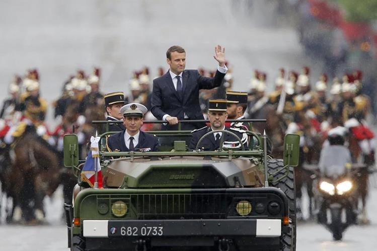 Emmanuel Macron, ascendió hoy a bordo de un vehículo militar, en el tradicional desfile posterior a la toma de posesión.(Foto Prensa Libre:EFE).