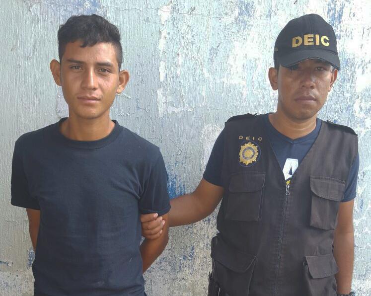 Cristian Alexander Cordero Ordóñez es aprehendido por un agente policial, en Jutiapa. (Foto Prensa Libre: Óscar González)
