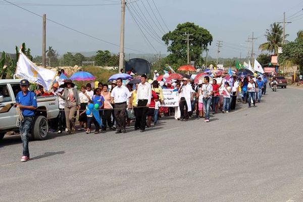 """<p>Cientos de católicos de Puerto Barrios, Izabal participan en la marcha contra la violencia. (Foto Prensa Libre: Edwin Perdomo)<br _mce_bogus=""""1""""></p>"""