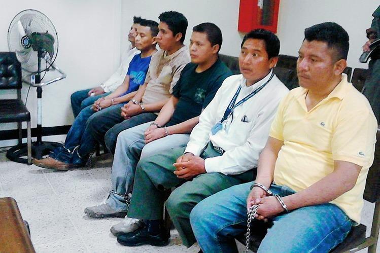 Los acusados  por el MP de los delitos de violación, plagio y homicidio, escuchan la sentencia del juez en Santa Cruz del Quiché. (Foto Prensa Libre: Óscar Figueroa)