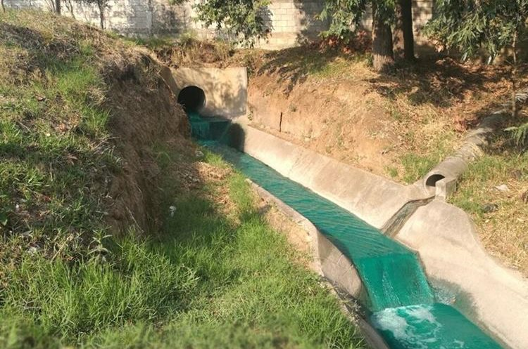 Autoridades verificaron el río Platanitos, el cual se tiñó de verde. (Foto Prensa Libre: Cortesía)