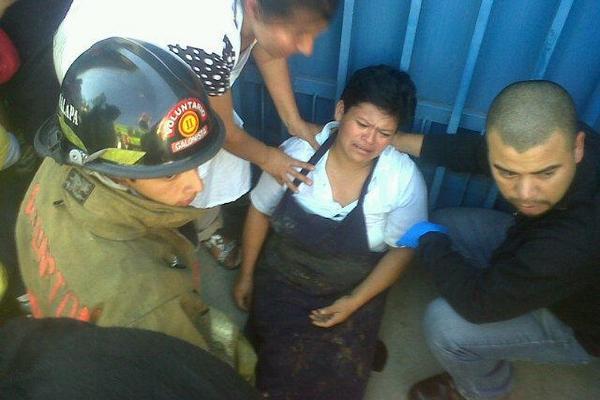 <p>Socorristas atienden a personas afectadas por intoxicación de una fuga de gas propano en la zona 10. (Foto Prensa Libre: CBM)<br></p>