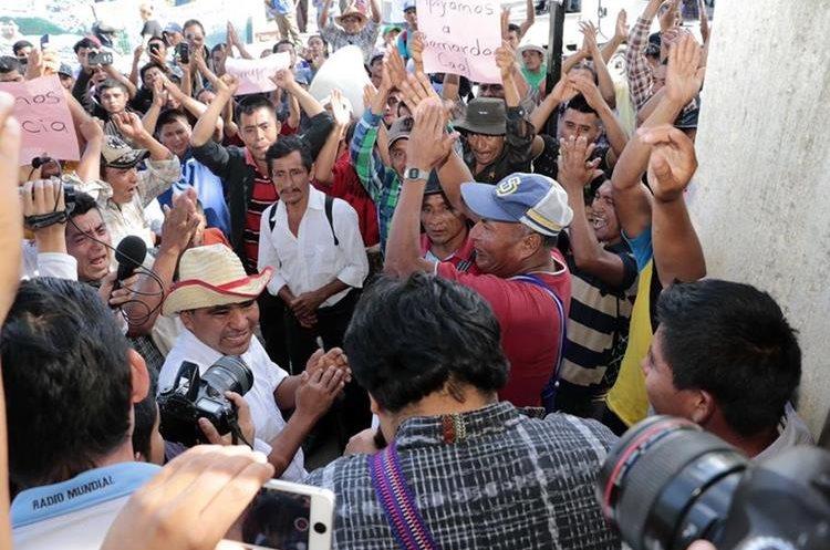 Vecinos de Cobán celebran que Bernardo Caal no quedó en prisión preventiva, aunque, si fue ligado a proceso. (Foto Prensa Libre: Eduardo Sam Chun)