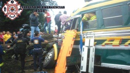 Autobús accidentado en Santa Cruz del Quiché, Quiché. (Foto Prensa Libre: Óscar Figueroa)