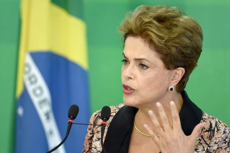 Rousseff es abandonada poco a poco por sus ministros. (Foto Prensa Libre: AFP)