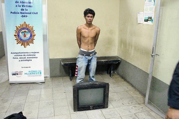 Melvin Morales  fue llevado a subestación de la PNC con el televisor que habrían intentado robar de una vivienda en Zacapa.  (Foto Prensa Libre: Víctor Gómez)