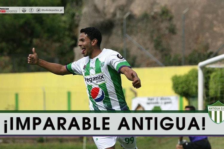 Hessler Archila celebra su tercer gol del torneo y con el que ayudó a Antigua a la victoria (Foto Prensa Libre: Jesús Cuque).