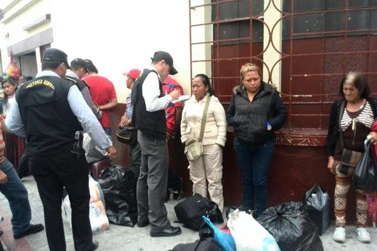 Las personas fueron detenidas afuera del Seguro Social y la colonia La Florida, zonas 9 y 19 de la capital. (Foto Prensa Libre: E. Paredes)