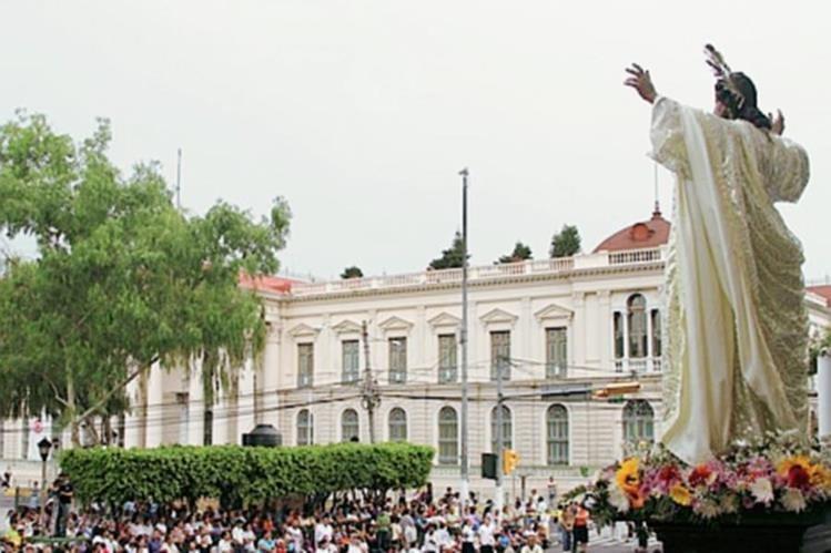 Durante las fiestas agostinas, los salvadoreños, celebran al Divino Salvador del Mundo. (Foto Prensa Libre: Hemeroteca PL)