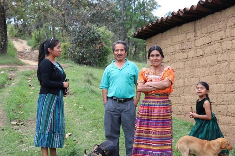 Familia de Sandra, la joven becada. Foto Prensa Libre: Héctor Cordero.
