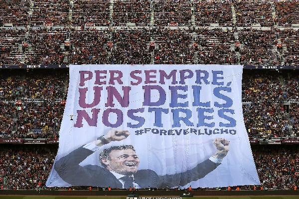 El cartel de homenaje al entrenador del FC Barcelona, Luis Enrique.