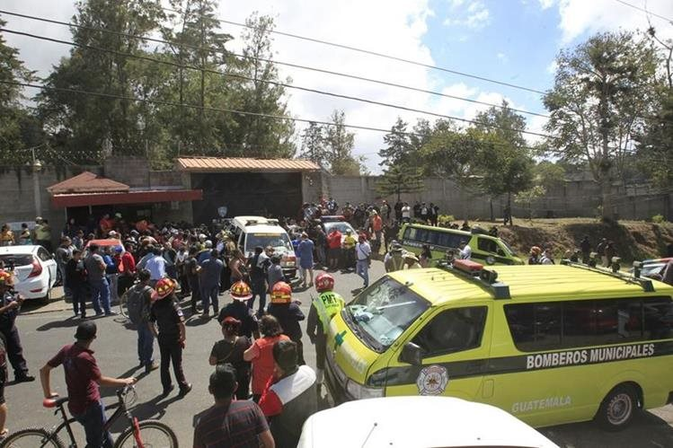 Bomberos, policías y padres de familia en el ingreso del Hogar Seguro Virgen de la Asunción. (Foto Prensa Libre: Carlos Hernández)