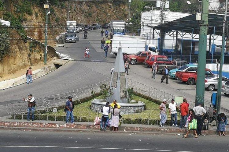 Monumento en homenaje a las víctimas mixqueños del terremoto se localiza en el kilómetro 17.4 de la ruta Interamericana. (Foto Prensa Libre: Óscar Felipe Quisque)