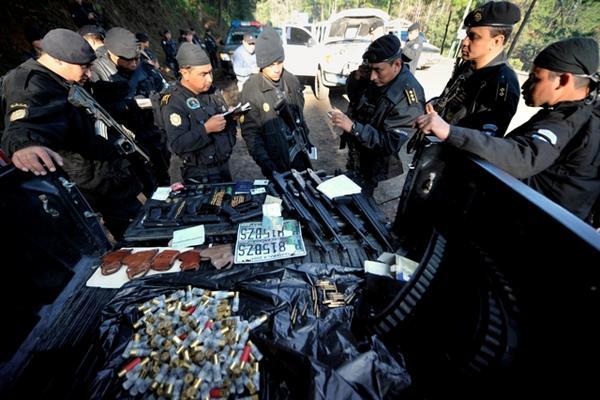 <p>La Policía detuvo a cuatro hombres con municiones, placas de vehículos, armas y celulares en Alta Verapaz. (Foto Prensa Libre)</p>