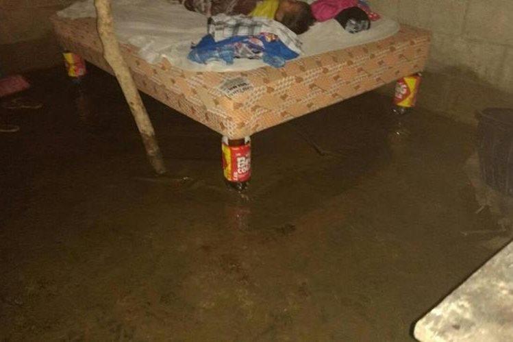 Viviendas en Malacatán, San Marcos, quedaron anegadas por la lluvia de las últimas horas. (Foto Prensa Libre: Conred)