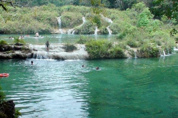 Turistas visitan parque Semuc Champey, en Lanquín, Alta Verapaz. (Foto HemerotecaPL)