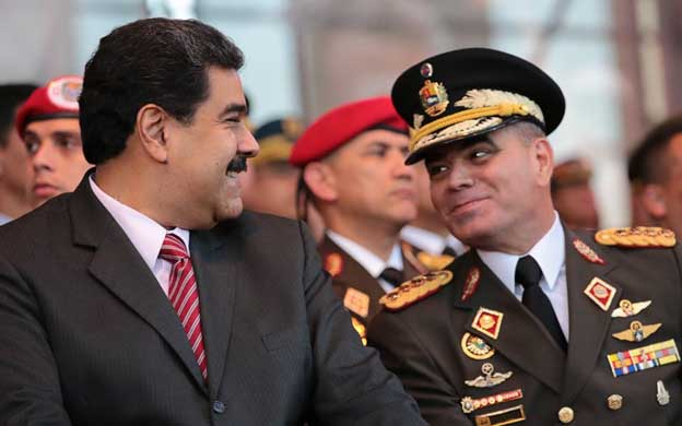 Nicolás Maduro conversa con Vladimir Padrino López, ministro de la Defensa.