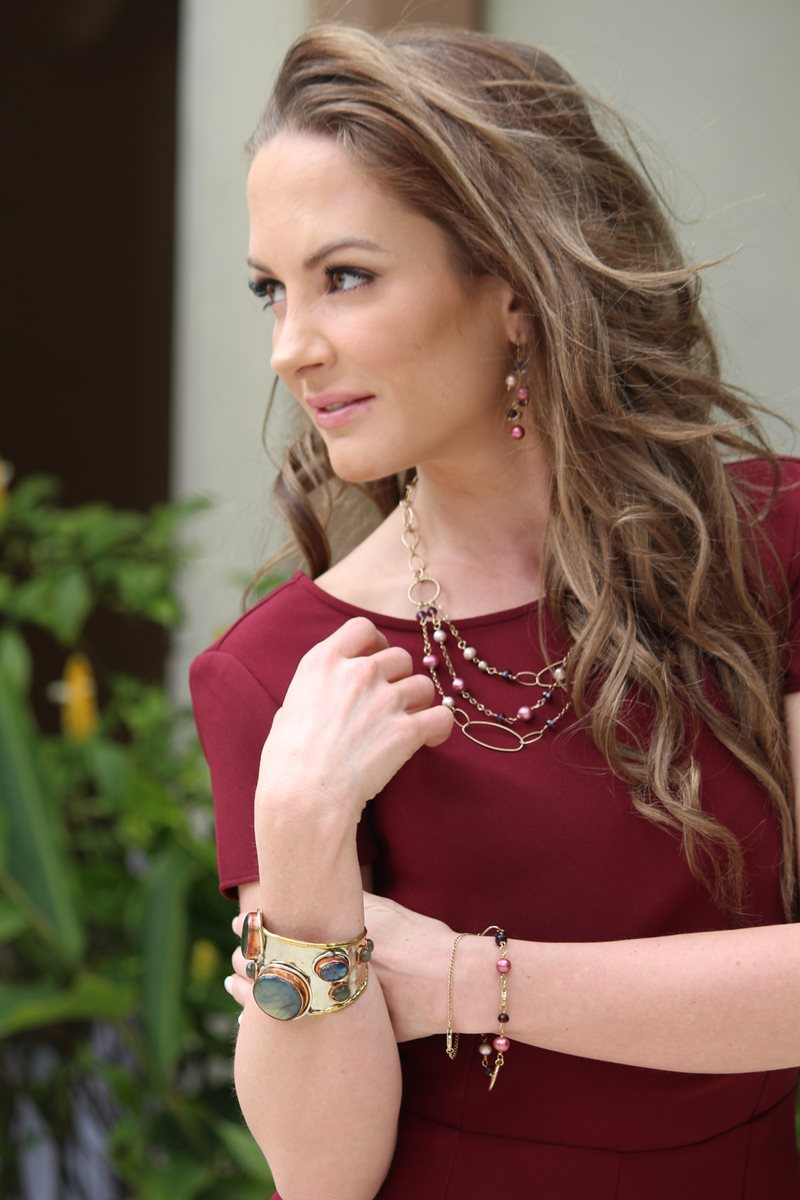 La diseñadora Andrea Novella incursionó profesionalmente en el mundo de los accesorios artesanales en 2009. Luce joyas de su colección SS16.