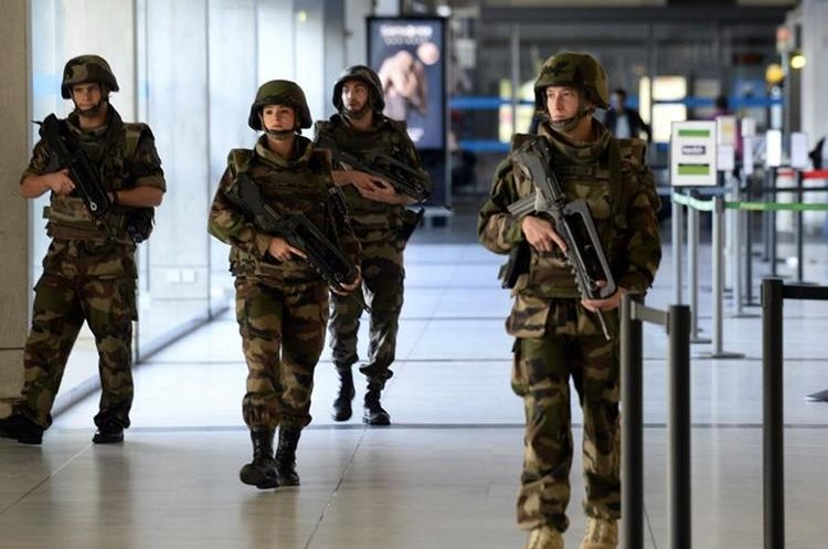 French vigipirate soldiers patrol at the airport of Mérignac, southwestern France on November 14, 2015, following a series of coordinated attacks in and around Paris late Friday which left more than 120 people dead. AFP PHOTO / JEAN PIERRE MULLER