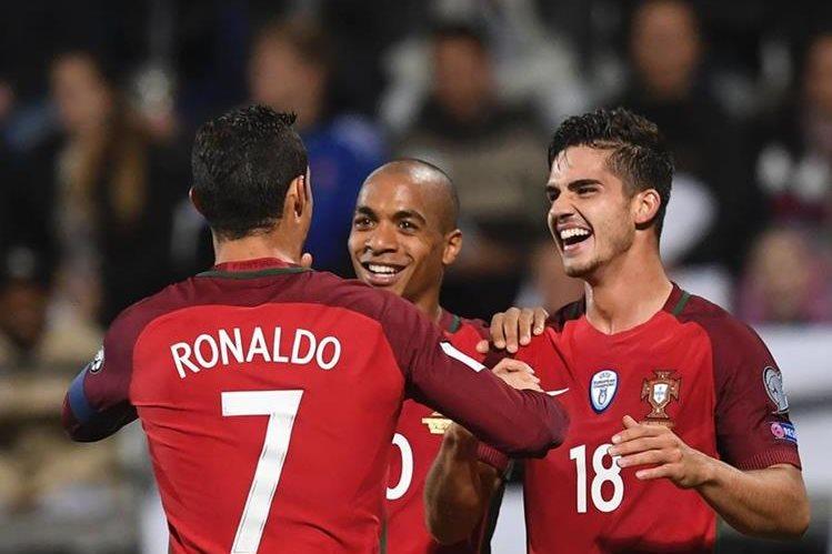Silva, Joao Mario y Cristiano Ronaldo festejan en el triunfo de Portugal. (Foto Prensa Libre: AFP)