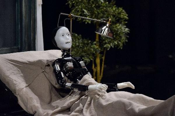 Así luce el androide que forma parte del montaje de la obra de teatro de La Metamorfosis. (Foto Prensa Libre: AFP)