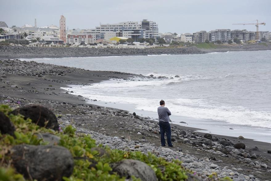 Isla La Reunión, donde la semana pasada se encontró la pieza de avión que este miércoles se confirmó, pertenece al vuelo MH370 desparecido el año pasado. (Foto Prensa Libre: EFE).
