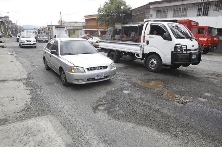 Calle Real Petapa, ruta a San Miguel Petapa, se encuentran grandes baches en el asfalto.   Fotografía: Paulo Raquec